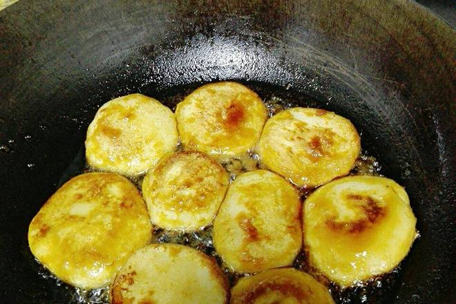 Home Cooking Recipe: If the action is not fast enough, you have to do a beautiful and delicate pro, you can first become a small group, and then shape the pot. After frying the golden side, turn over and fry until the double-sided golden shells. The plate is ready for use.