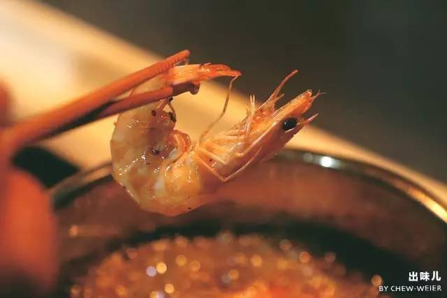 Home Cooking Recipe: In a pan of fire, the marinated shrimp is directly fried in a pot.