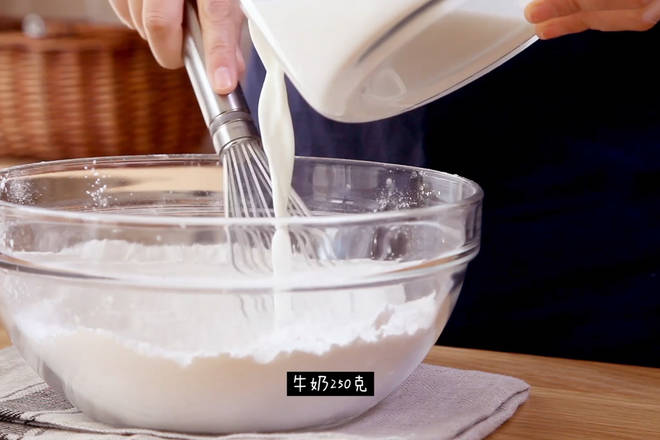 Home Cooking Recipe: In an empty bowl, pour 140 grams of water-milled glutinous rice flour, 40 grams of corn starch, 90 grams of powdered sugar, add 250 grams of milk, do not pour it once, stir while pouring until the batter is smooth