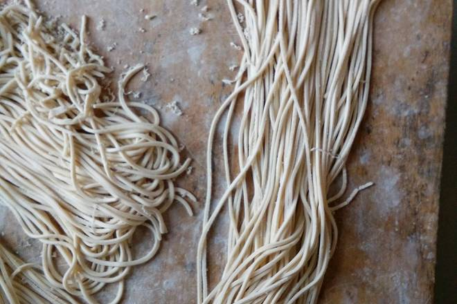 Home Cooking Recipe: In this way, the noodles are pressed, remember to sprinkle the flour, it is best to prevent the sticking of the rice flour.