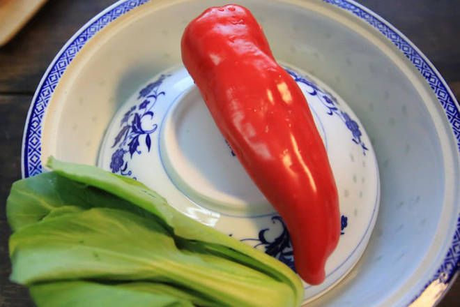 Home Cooking Recipe: Ingredients: 1 green vegetable, 1 red pepper, 10 glutinous rice.