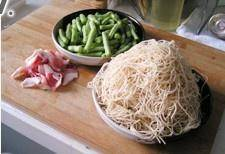 Home Cooking Recipe: Ingredients: Pork belly, green beans, steamed noodles, and onions. (Steamed noodles are available at the noodle shop. If not, you can steam the fresh noodles to a half-cooked, which can effectively shorten the time and keep the taste)