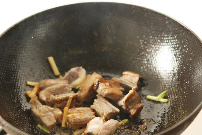 Home Cooking Recipe: Into the onion ginger garlic, lamb chops, stir fry until colored.