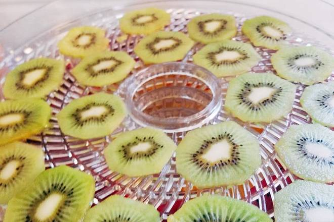 Home Cooking Recipe: Kiwi peeled and sliced ​​evenly in the pan