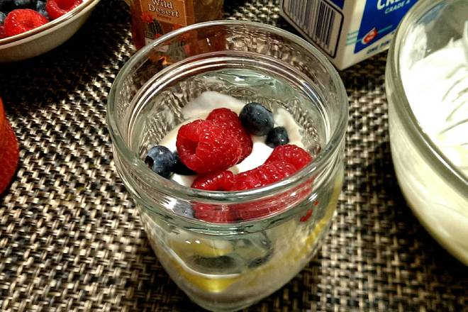 Home Cooking Recipe: Lay a layer of yogurt on the bottom of the cup, then layer a layer of yogurt with a layer of fruit/oatmeal layer~
