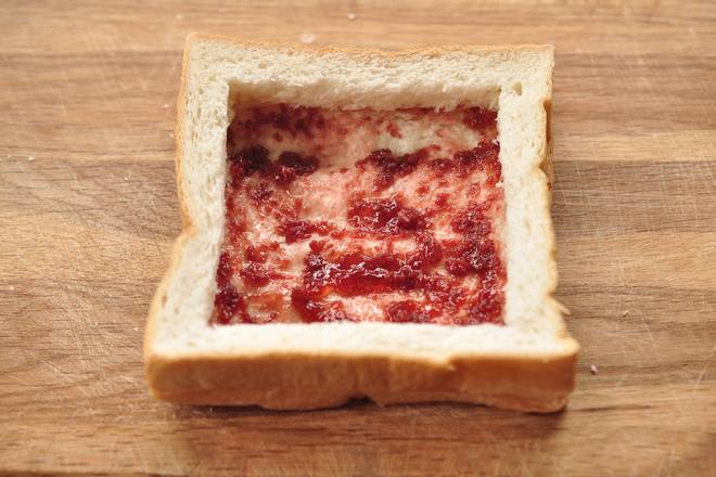 Home Cooking Recipe: Lay the cut toast frame onto the toast piece that has just been jammed