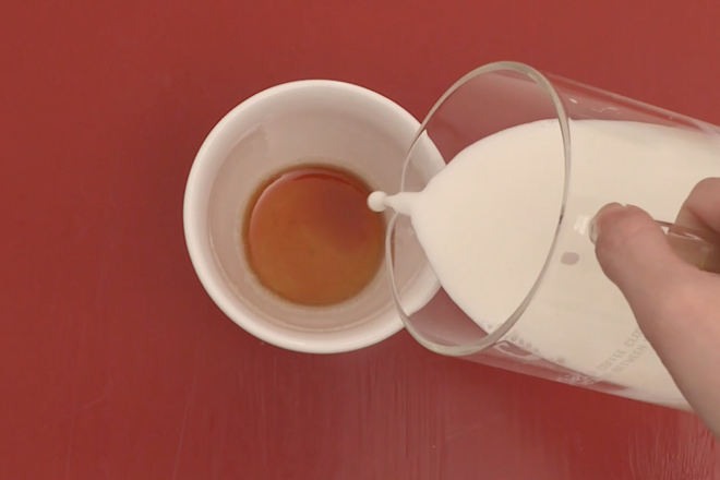 Home Cooking Recipe: [Lazy version of caramel milk tea] Put sugar and water in a porcelain cup and heat in a microwave oven until it turns into amber caramel. Remove the caramel, pour in the hot milk, stir well and add the tea bag. Put it in the microwave again, and it will take about 1 minute in high heat.