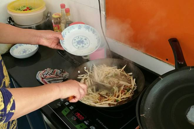 Home Cooking Recipe: Less red water, continue to stir fry