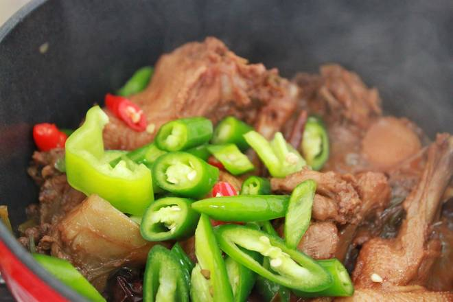 Home Cooking Recipe: Let's talk about small green peppers and millet peppers in the ducks~ stir fry evenly, cover the lid and cook for a while.