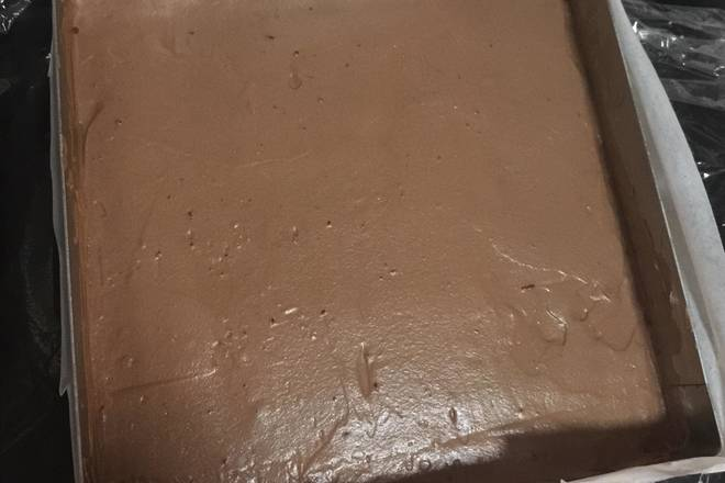 Home Cooking Recipe: Light cream + fine sugar sitting on ice water (not used in winter) to make a grainy pattern, barely able to flow, pour into the cooled dark chocolate liquid, and mix well with a spatula.