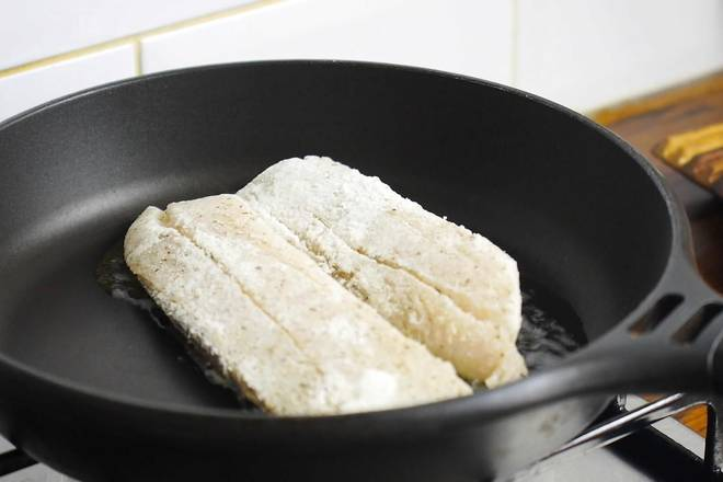 Home Cooking Recipe: Look for a pan to heat, pour in olive oil, drain the fish, and fish skin down