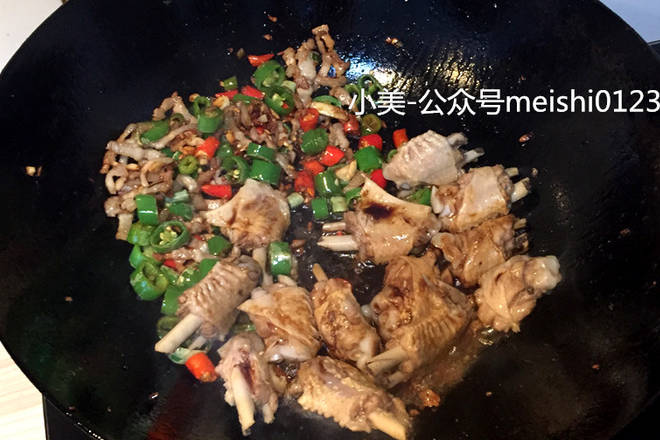 Home Cooking Recipe: ▲ Lower duck wings and soy sauce can be mixed quickly.