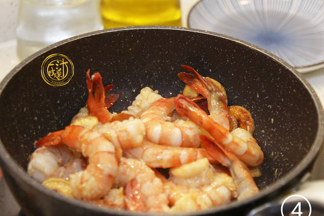 Home Cooking Recipe: Lower meat: put the processed black tiger shrimp into the pot, turn to the fire, stir fry until the shrimp is discolored