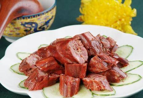 Home Cooking Recipe: Marinate the first processed duck neck into the boiled spicy marinade, turn off the heat with medium heat for 10 minutes, let the duck neck continue to soak for 20 minutes in the spicy marinade, then remove and dry. Cool it and eat it.