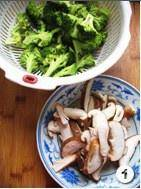 Home Cooking Recipe: Medium-sized broccoli and 150 grams of mushrooms. Broccoli is picked into small flowers, and shiitake mushrooms are cut into thick slices.
