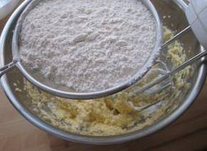 Home Cooking Recipe: Mix the baking powder and low-gluten flour into the butter pan and mix evenly with a spatula