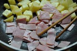 Home Cooking Recipe: Move the potatoes to the side of the pot, put the bacon pieces, fry until the surface is slightly burnt.