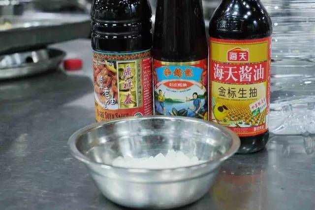 Home Cooking Recipe: Next, prepare for the initial seasoning and color enhancement. Only four seasonings can be used: soy sauce, soy sauce, oyster sauce and rock sugar. Add as appropriate.