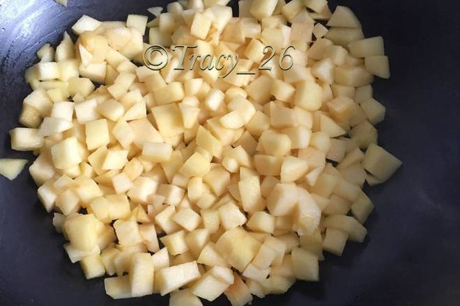Home Cooking Recipe: Now make apple filling, peel the apple and cut it into small pieces, and the flesh is about 320g. Put 8g of butter in the wok, pour in the apple granules, stir fry and pour in the granulated sugar and salt. After adding the granulated sugar, it will ooze a lot of water, and slowly boil the water with medium heat. Stir the corn starch with appropriate amount of water, pour it into the pan and stir it evenly.