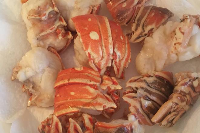 Home Cooking Recipe: Oil-absorbing paper absorbs the oil on the surface of the lobster