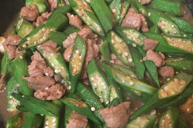 Home Cooking Recipe: Okra stir fry for 2-3 minutes, pour in the meat before, stir fry, add the right amount of water, stir fry, cover the small fire for a while, like to eat crisp or not.