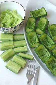Home Cooking Recipe: One by one, all the cucumber segments are made into small cucumbers. If you feel that you have no bottom, you can use the cucumber tail to practice your hands.
