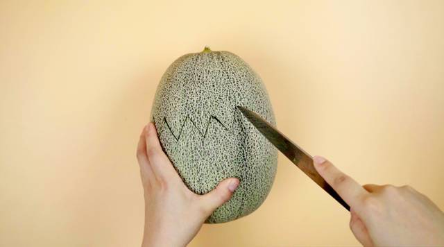 Home Cooking Recipe: One cantaloupe, the top is cut in a zigzag with a knife