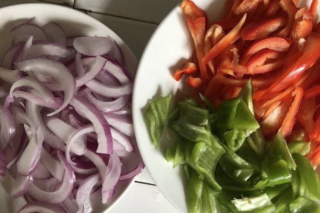 Home Cooking Recipe: Onion shredded red pepper shredded green pepper cut into small pieces