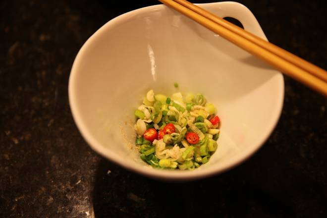 Home Cooking Recipe: Onions, parsley, pepper, garlic, pepper, sesame oil are placed in the bowl