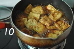 Home Cooking Recipe: Open the lid in the middle, stir it properly, and turn the surface of the tofu to the bottom.