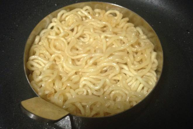 Home Cooking Recipe: Pan hot oil, take a proper amount of instant noodles into the mold, and when fried, turn over and fry into a noodle burger