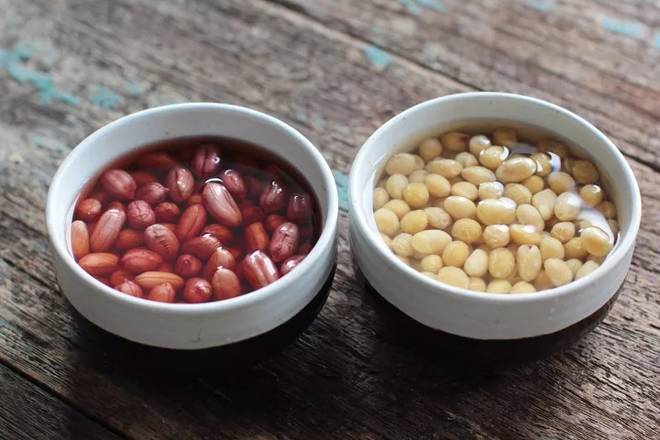 Home Cooking Recipe: Peanuts and soybeans are soaked in clean water for 2 hours.
