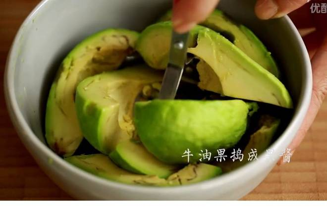 Home Cooking Recipe: Peel off the avocado peel and pour out the flesh by hand and pour it into a mud;