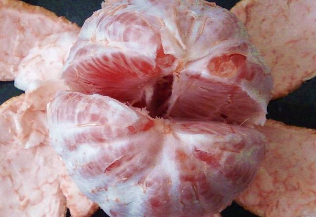 Home Cooking Recipe: Peel the grapefruit, peel it, and peel off the white fiber as much as possible