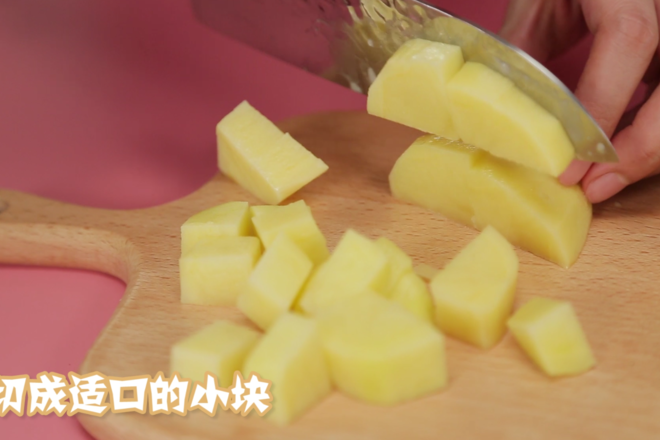 Home Cooking Recipe: Peel the potatoes and cut the small Ding. (Adjust the size of the potato block according to the age of the baby at home.)