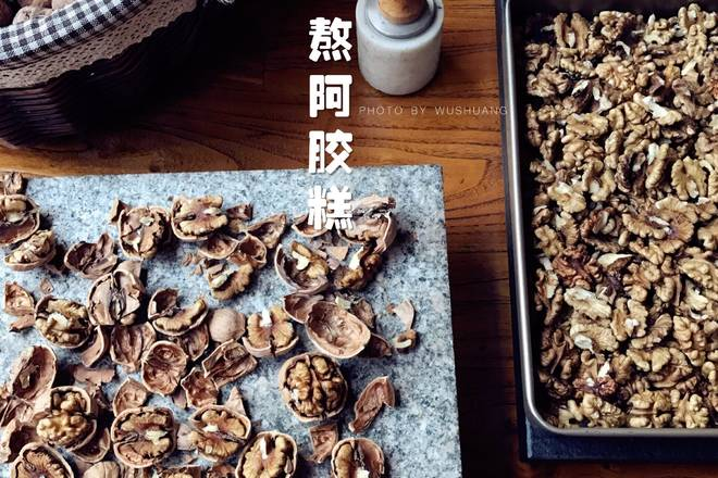 Home Cooking Recipe: Peel the walnuts, 150 degrees in the lower layer of the oven for about 15 minutes, or stir fry in a wok and knead into small pieces. Tray or baking tray, basin, large baking bowl and other containers can be laid, baked tarpaulin, oil paper or plastic wrap (recommended to use high temperature tarpaulin), scented with sesame oil (also known as sesame oil, can be blended with the black sesame flavor in the accessories) Together, there will be no other odors, to prevent sticking, and to release the mold.