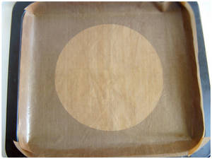 Home Cooking Recipe: Place 18CM diameter round grease paper on the baking tray.r(The picture shows the long Emperor 25B baking sheet with non-stick cloth. Because the non-stick cloth is transparent, the round oil paper can be placed under the non-stick cloth for multiple use. In this case, ordinary clean white paper can also be used instead of oil paper. )