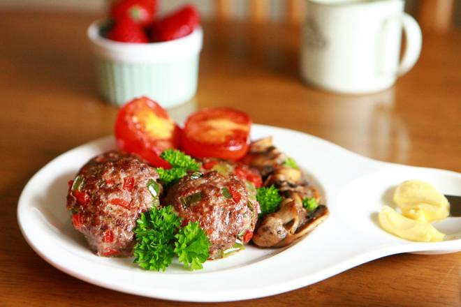 Home Cooking Recipe: Place the fried beef patties, tomatoes and mushrooms in a plate and sprinkle with parsley.