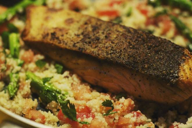 Home Cooking Recipe: Place the salmon on the North African millet, cover the lid, and simmer for 30 seconds;