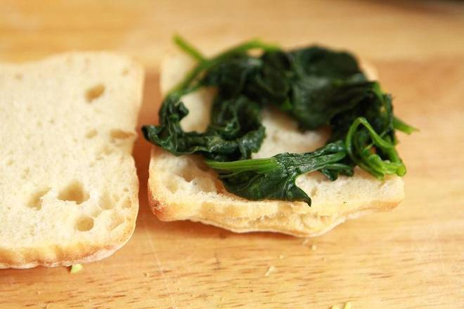 Home Cooking Recipe: Place the squeezed spinach on the ciabatta bread.