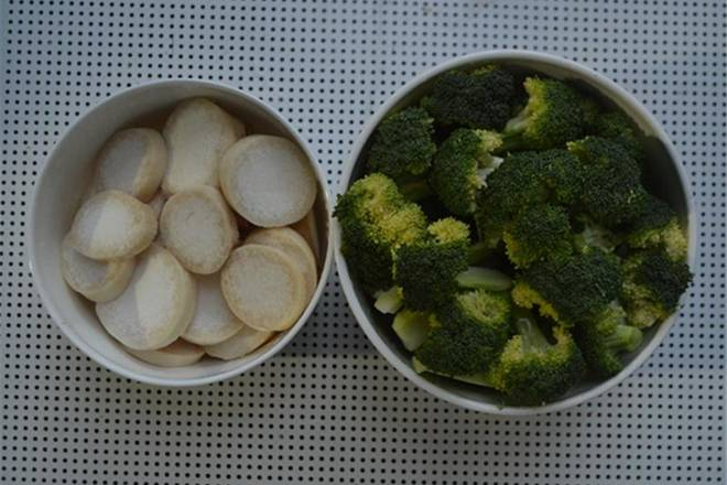 Home Cooking Recipe: Pleurotus eryngii is cut into thick slices, and broccoli is cut into small pieces.