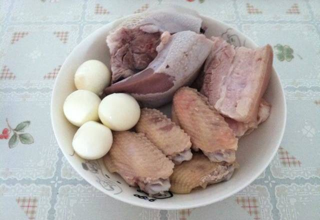 Home Cooking Recipe: Pork belly, chicken wings, pig tongue flying water, eggs cooked and peeled