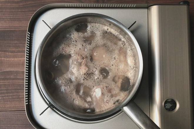 Home Cooking Recipe: Pork ribs in a cold water pot, boil for 3-5 minutes;