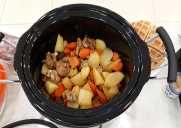 Home Cooking Recipe: Potatoes and carrots are cut into cubes.