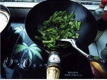 Home Cooking Recipe: Pour a little oil into the wok. After the heat, first put the oily wheat vegetables close to the thick section of the root. After frying, pour into the leaf section, add a small spoonful of salt and stir fry until the color is deepened.