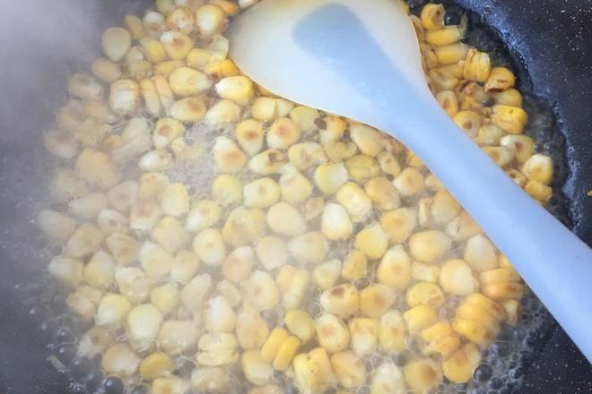 Home Cooking Recipe: Pour a little olive oil into the hot pot, first fry the corn kernels, fry until the color is golden, slightly brown as shown.