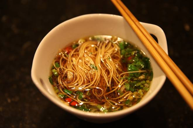 Home Cooking Recipe: Pour hot water and soy sauce vinegar, open to eat