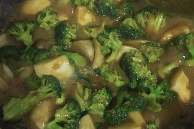 Home Cooking Recipe: Pour in broccoli and stir fry evenly. Keep the medium and small fires for 1-2 minutes. Observe the thickness of the soup, add water as appropriate to pay attention to the pot.