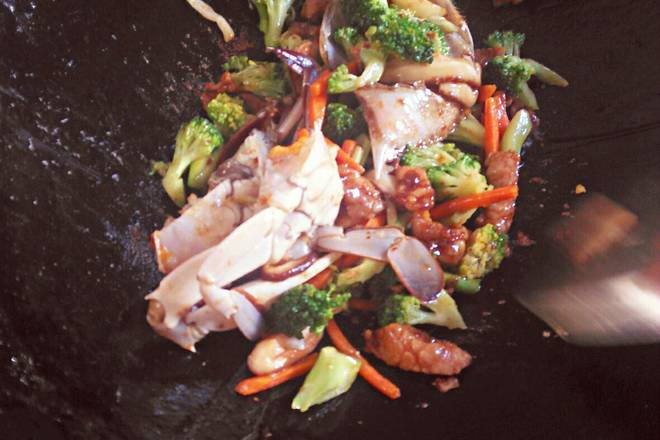 Home Cooking Recipe: Pour in the crab and stir fry, add some water and cook for a minute or so.