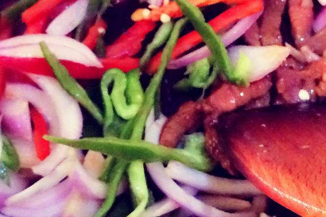 Home Cooking Recipe: Pour in the prepared green onion green pepper, stir fry, add rosemary